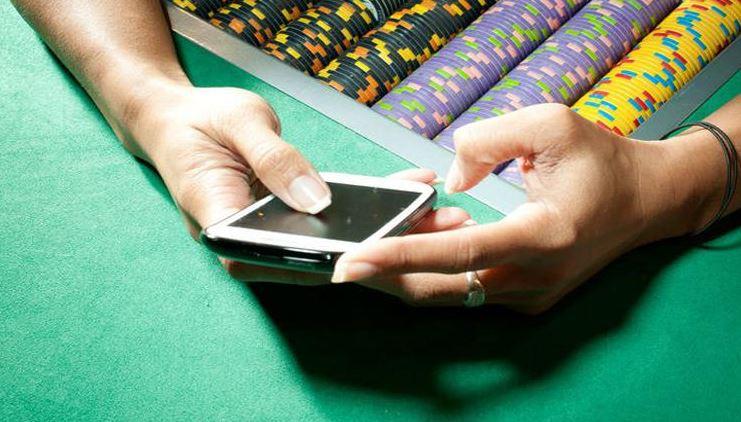 naine hoidmas kasiinos telefoni käes